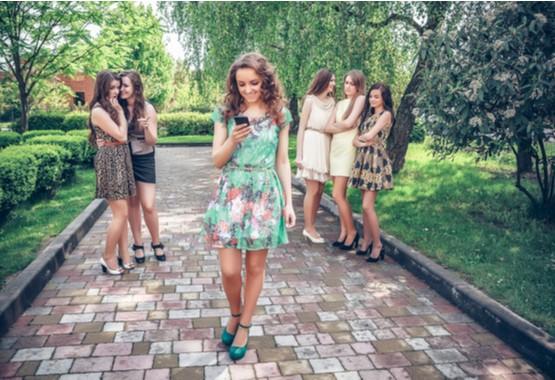Jonge vrouwen die zichzelf met andere vergelijken.