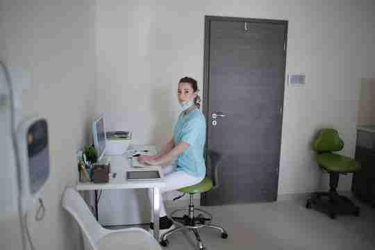 feamle doctor using desktop computer