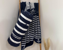 Matelas de plage rayé marine et blanc . Thème marin. Dimension 60x180cm avec oreiller intégré.
