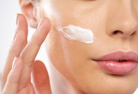 Het aanbrengen van een gezichtscrème.