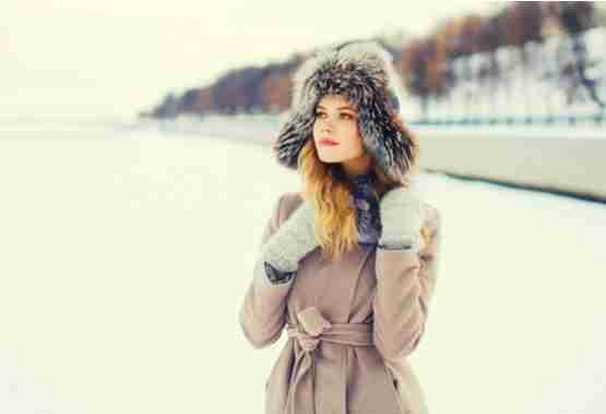 Lange winterjas die de taille benadrukt