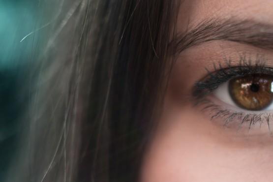 Wintertype met donker haar en bruine ogen.