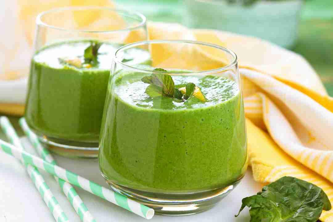 Bebida verde de menta de piña