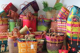 grande sélection de paniers de Madagascar très colorés. Nous pouvons vous livrer un panier, un carton , une palette ou un container complet de paniers