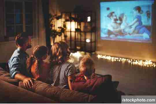 foot nonton bioskop, nonton bioskop di rumah, nonton film di rumah, nonton bareng keluarga, liburan di rumah aja