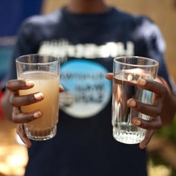 vor und nach der Verwendung eines tragbaren Wasserfilterstrohhalms