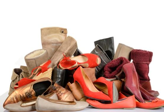 Weggooien van schoenen.