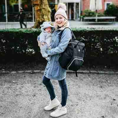 Babyvoeding makkelijk meenemen voor onderweg in de NanaBeebi luiertas rugzak. Warm of koud flesvoeding stop je in de luiertas rugzak van NanaBeebi.