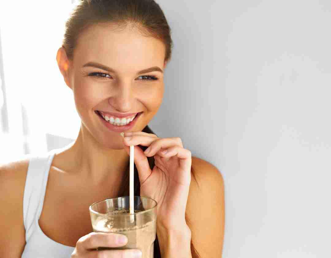 Femme sirotant un tremblement de chocolat