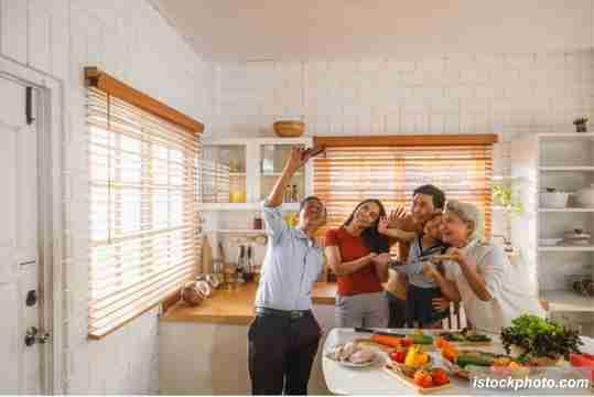 wefie di acara keluarga, foto keluarga di rumah
