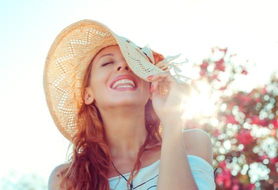 Vrouw met zonnehoed.