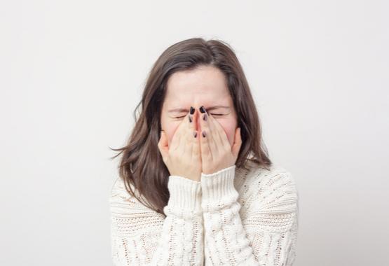 Door te niezen in je handen, worden verkoudheidsvirussen overgedragen.