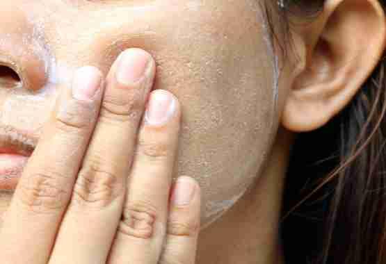 Scrub je gezicht met een milde scrub.