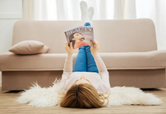 Lezen van een beauty tijdschrift.