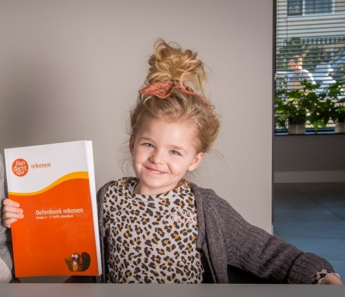 kind met cito oefenboek groep 3 e3