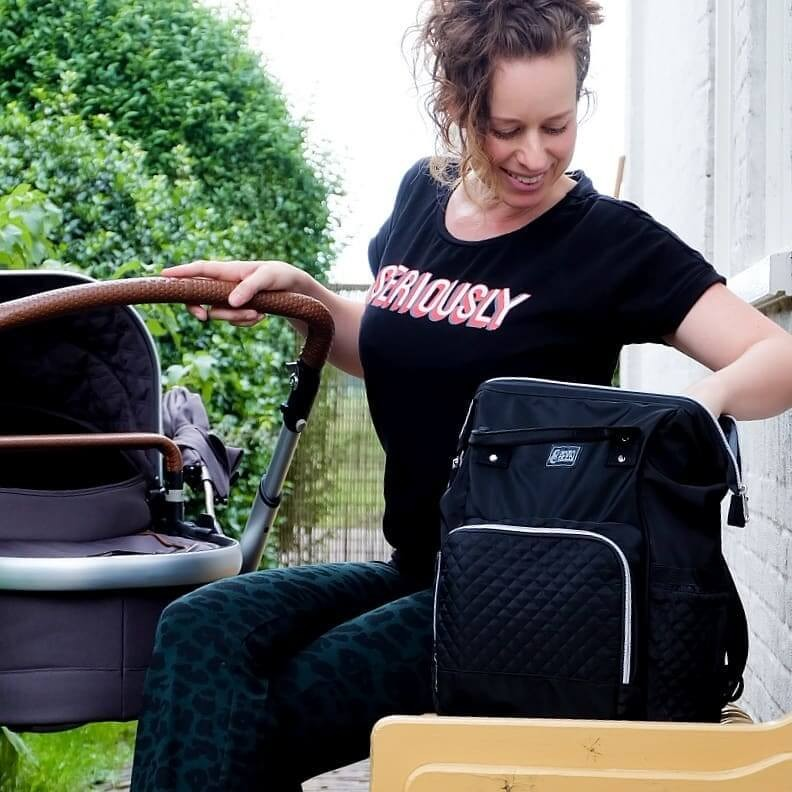 Eerste keer reizen met een baby. Ga voorbereid op reis met je baby. Neem een luiertas, draagzak en kinderwagen mee. Eerste vakantie met een baby.