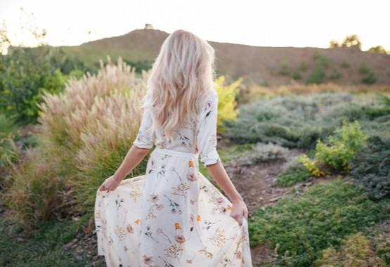 Vrouw in een lange jurk.